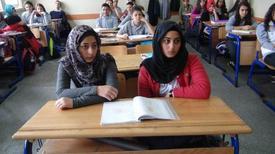 Irak'taki Savaş Ortamından Kaçarak Türkiye'ye Sığınan Yousıf Ailesi'nin İki Kızı, Ara Vermek Zorunda Kaldıkları Eğitim-öğretimlerine, Kendilerine Kucak Açan Manisa'da Sürdürüyor.