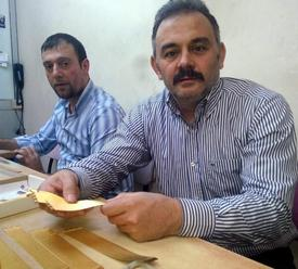 Trabzon Kuyumcular Ve Saatçiler Odası Denetleme Kurulu Başkanı Metin Önal, Altında Yaşanan Düşüşün Piyasaları Canlandırdığını Söyledi. Önal, Yeni Düzenlemeyle Tekrar Kredi Kartına 4 Taksit Yapmaya Başlayan Kuyumcuların Uygulamadan Memnun Kaldığını Ancak Taksit Sayısının 12'ye Çıkması Gerektiğini Belirtti.