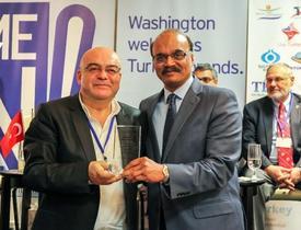 Gönül Kahvesi Yönetim Kurulu Başkanı Yaman Yardımcı, Ödülünü Maryland Vali Yardımcısı Enver Hasan'ın Elinden Aldı.