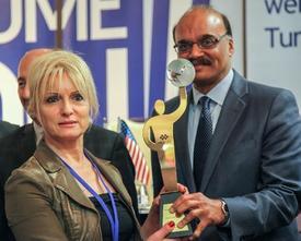Uzman Estetisyen-yazar Necla Batum, Ödülünü Maryland Vali Yardımcısı Enver Hasan'ın Elinden Aldı.