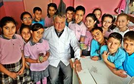 Çin Ziyareti Sırasında Gördüğü Et Yiyen Bitkinin Tohumlarını Türkiye'ye Getiren Çineli Sınıf Öğretmeni Bircan Pamuk, Öğrencileriyle Birlikte Saksıda Et Yiyen Bitki Yetiştiriyor.