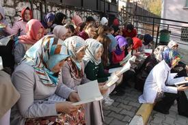 Bursa'nın İnegöl İlçesinde Eğitim Veren Mahmudiye İmam Hatip Ortaokulu Öğrencileri Ve Velileri 'mahmudiye İmam Hatip Kitap Okuyor' Yarışması Kapsamında, Okulun Bahçesinde Birlikte Kitap Okudular.