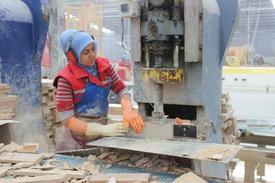 Türkiye'de Ağır İş Kollarından Sayılan Mermer Sektöründe Çalışan Kadın Sayısı Gün Geçtikçe Artarken, Denizli'de Bir Mermer Fabrikasında Çalışan Kadın İşçilerin Çalışma Azimleri Büyük Beğeni Topluyor.