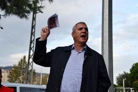 Birleşik Metal-iş Marmara Bölge Sorumlusu Aykan Ekici, Bursa'nın Mudanya İlçesinde Kurulu Prysmian Fabrikasında Vardiya Çıkışında Basın Açıklaması Yaptı.