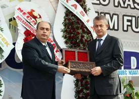 Kmtso Başkanı Kemal Karaküçük (soldaki), Fuarın Düzenlenmesinde Emeği Geçen Ecr Fuarcılık Genel Müdürü Ümit Vural'a Teşekkür Plaketi Takdim Etti.