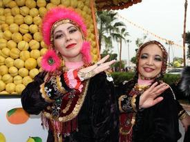 5. Uluslararası Mersin Narenciye Festivali, Renkli Görüntülerle Başladı. Merkez Mezitli İlçesinde 1 Kilometrelik Sahil Şeridinin 500 Bin Adet Narenciye Ürünü İle Süslendiği Festival Alanında İki Gün Boyunca Yerli Ve Yabancı Gösteri Gruplarının Gösteri Sunacağı Festivalin Açılışına Mersinliler Yoğun İlgi Gösterdi.