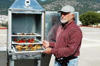 Muğla'nın Bodrum İlçesinde Yaşayan Emekli Kaptan, Güneş Enerjisiyle Kış Güneşinde Bile Meyve Ve Sebze Kurutulabilecek Kurutma Makinesi İcat Etti.