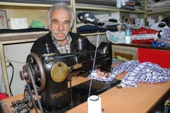 Kütahya'da Terzi Hüseyin Koçyiğit, Ekmek Parasını 46 Yıldır Hiç Değiştirmediği Dikiş Makinesi İle Kazandı.