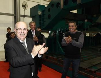 Dirinler Makina Yönetim Kurulu Başkanı Mustafa Dirin, Sevincini İşçileriyle Paylaştı.