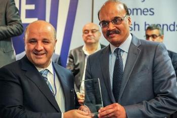 Fikirevim Ajans Başkanı Necmi Çiçekçi, Ödülünü Maryland Vali Yardımcısı Enver Hasan'ın Elinden Aldı.