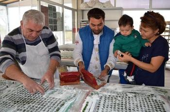 Altınova Mahallesinde, Zeytin Üreticisi Hüseyin Bozkurt Tarafından Üretilen Zeytin Lokumu Sipariş Patlaması Yaşıyor.