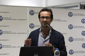 Samsung Mobil İçerik Sorumlusu Burak Emiralp, Uluslararası Antalya Üniversitesi'nde Katıldığı Toplantıda Türkiye'de Mobil Kullanıcıların Mobil Uygulama Mağazalarından Daha Çok Ücretsiz Uygulama İndirdiğini Ve Türkiye'nin Mobil Uygulama İndirme Konusunda 17'nci Sıradan 10'uncu Sıraya Yükseldiğini Kaydetti.