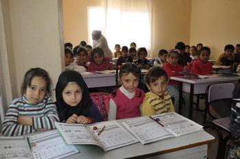 Hatay'ın Dörtyol İlçesinde Derslik Haline Dönüştürülen Bir Bina Ve Konteyner İçerisinde Dar Odalarda Eğitim Gören 400 Suriyeli Öğrenciye Başta Kırtasiye, Giysi Ve Okul İhtiyaçları Kısıtlı İmkanlarla Temin Edilerek Eğitim Verilmeye Çalışılıyor.