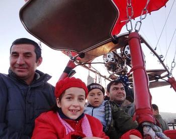 Nevşehir'in Ürgüp İlçesinde Okullarında Ziyaret Ettiği Çocuklara Balon Turu Sözünü Veren Kaymakam Alper Balcı'nın Sürprizi, Çocukları Mutluluktan Havalara Uçurdu.